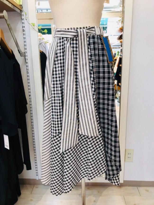 マルチ柄のデザインロングスカート